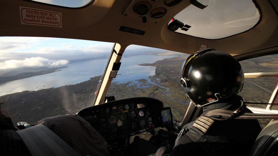 Blick aus einem Helikopter-Cockpit auf Reykjavík. Bild von Marc Herbrechter auf Unsplash.