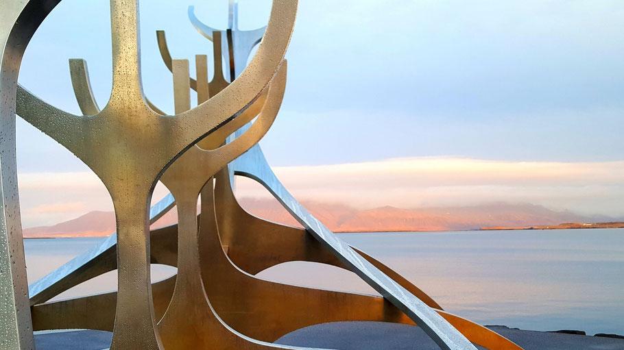 """Skulptur """"Sonnenfahrt"""" des Künstlers Jón Gunnar Árnason. Bild von Ben Schofield auf Unsplash."""