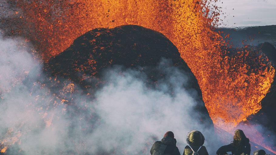 Schaulustige am Vulkan Fagradalsfjall. © Jonatan Pie auf Unsplash.