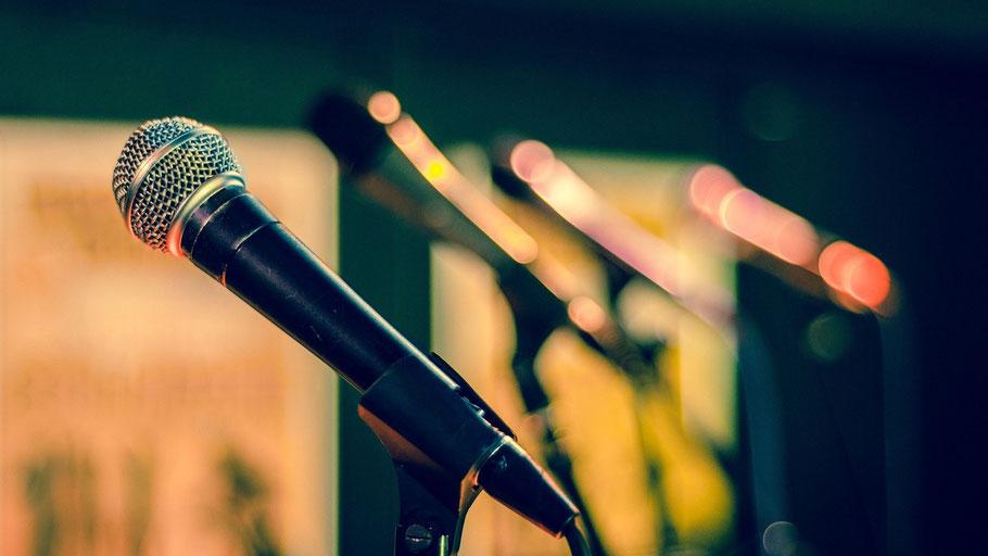 Mikrofone. Bild von Rudy und Peter Skitterians auf Pixabay.