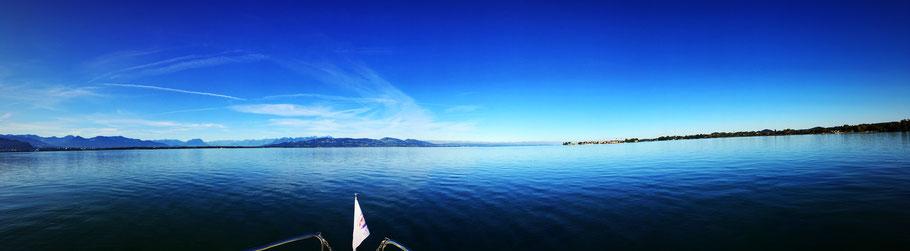 Blick vom Vorderdeck unserer Linssen Yacht über den Bodensee