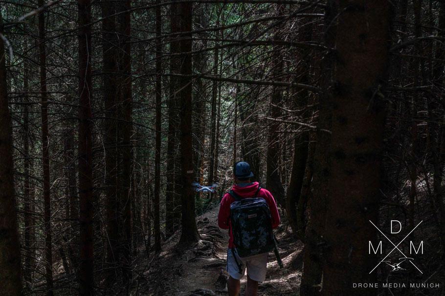Aufnahme eines kniffligen und schwierigen Drehs im Wald mit Drohne