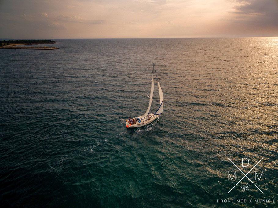 Luftaufnahme Segelboot auf dem Meer vor koratischer Küste