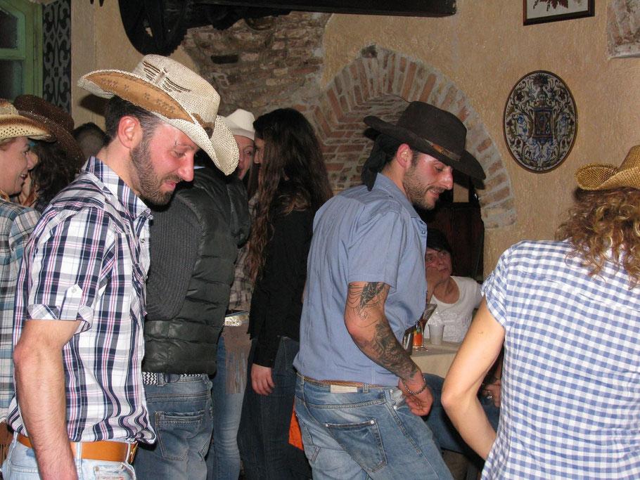 i cowboy stasera non mancano!!  provano a ballare con noi!!! eh vai!!!