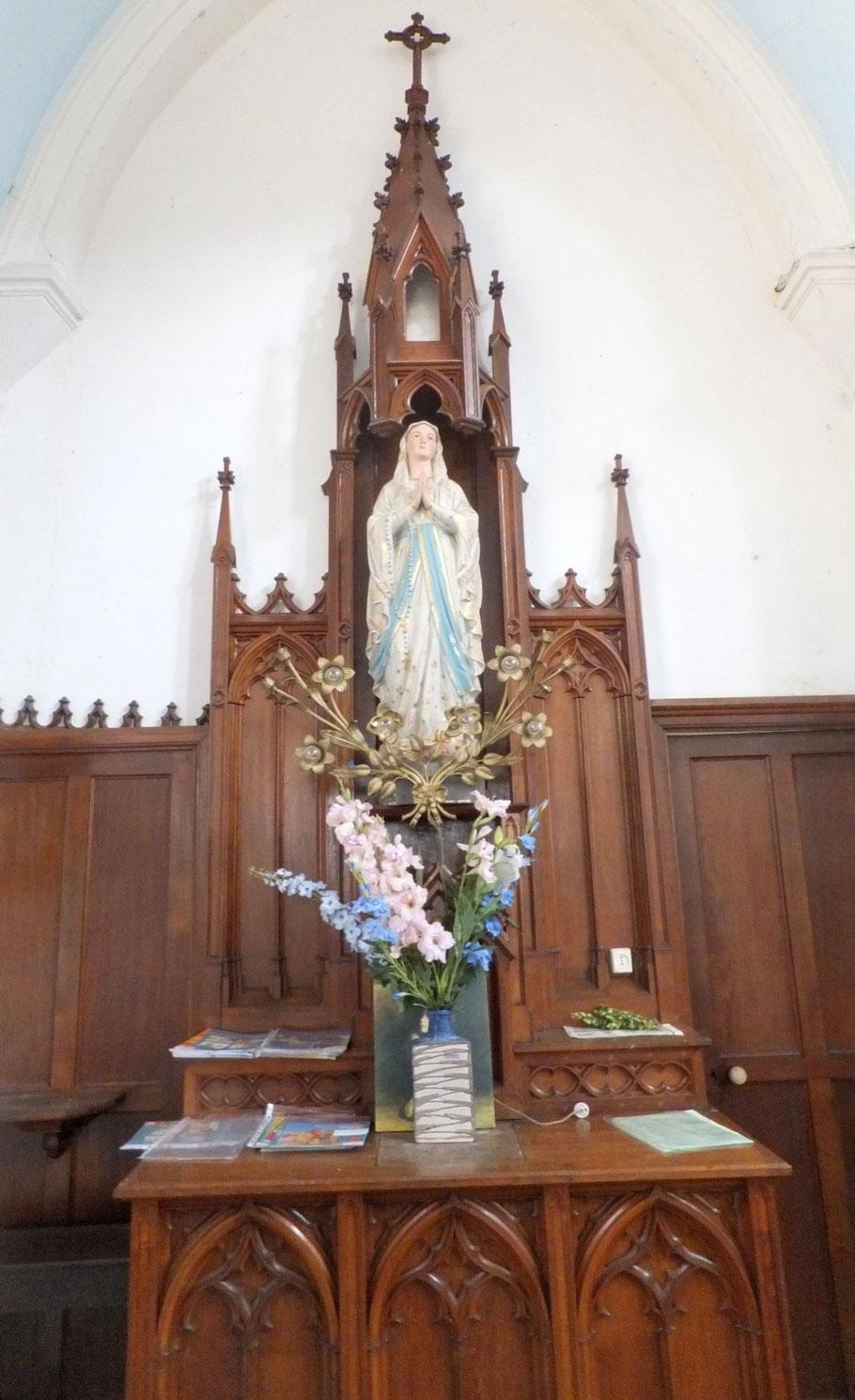Le petit autel à la Vierge Marie
