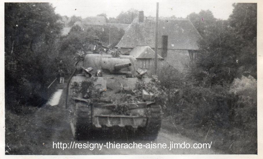 un char américain arrive sur le pont, photos prises par mon père, Roger Sinet