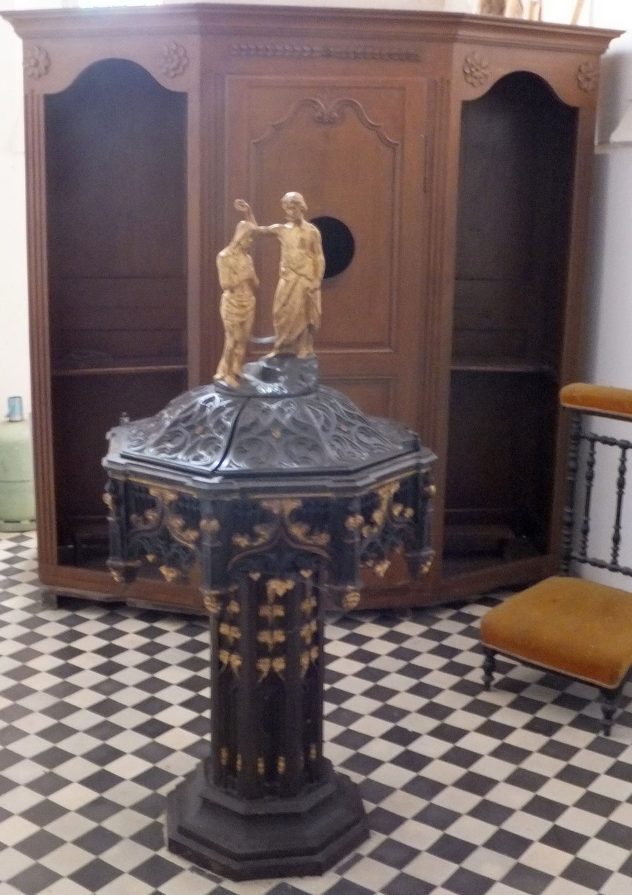 baptistère en fonte et confessional