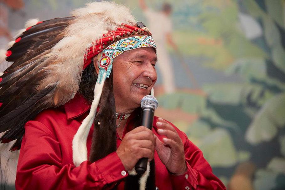 Photo chef héréditaire Anicinape T8aminique Dominique Rankin avec sa coiffe de perles et de plumes d'aigle Académie des Autonomes soutien aux travailleurs autonomes du Québec