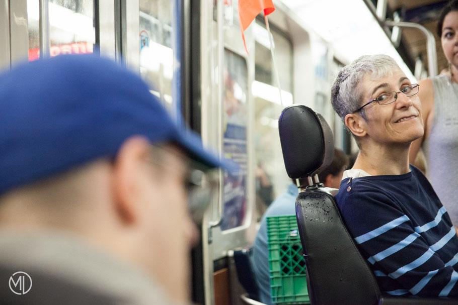 Louise Blouin regarde Christian son conjoint dans le métro de Montréal