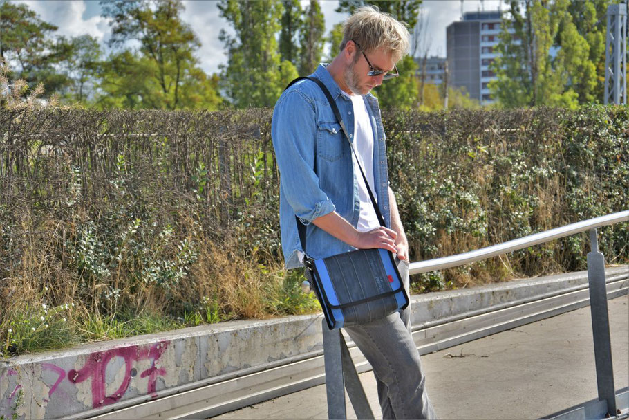 Praktische Umhängetasche, hachhaltig und fair produziert aus Fahrradschlauch und Cordura. Nur echt aus Berlin. Foto: Stef Fauser Design