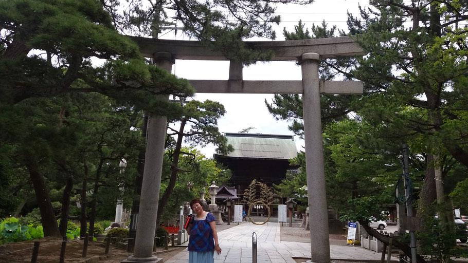 Mitsy san en la entrada del santuario de Hakusan, en Niigata (Japón).