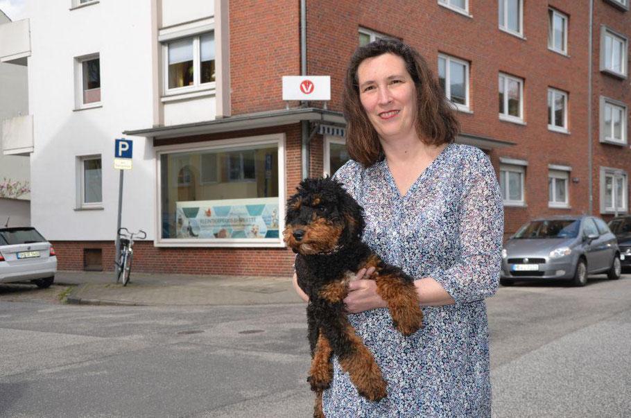 Seit Februar 2018 wird in der künftigen Tierarztpraxis in der Löningstraße fleißig gewerkelt. In zwei Wochen will Dr. Tatjana Rusch – hier mit ihrem Pudel Einstein – dort den Betrieb aufnehmen. Foto: van Veenendaal