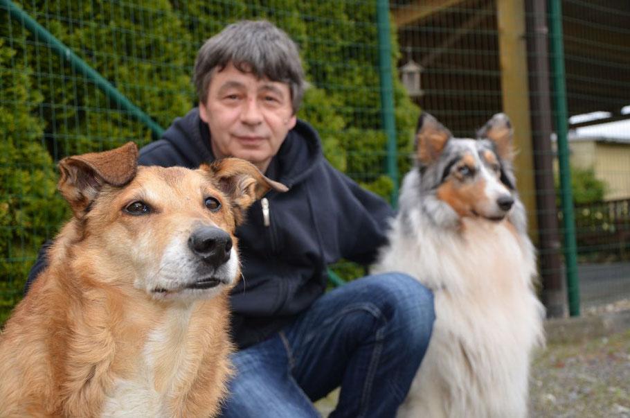 Ist erleichtert: Walter Stein mit den Hündinnen Daika (links) und Amy. Foto: van Veenendaal