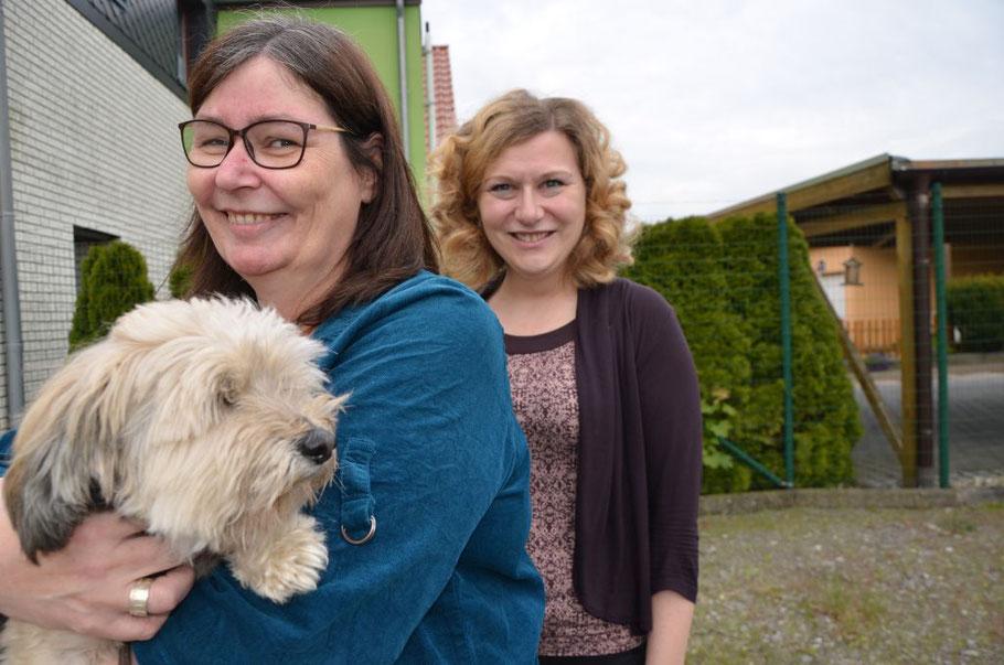 Corinna Mosebach (mit Hündin Kaida) und Tina Junge von der Haustier-Versorgung freuen sich, dass sie helfen konnten. Foto: van Veenendaal