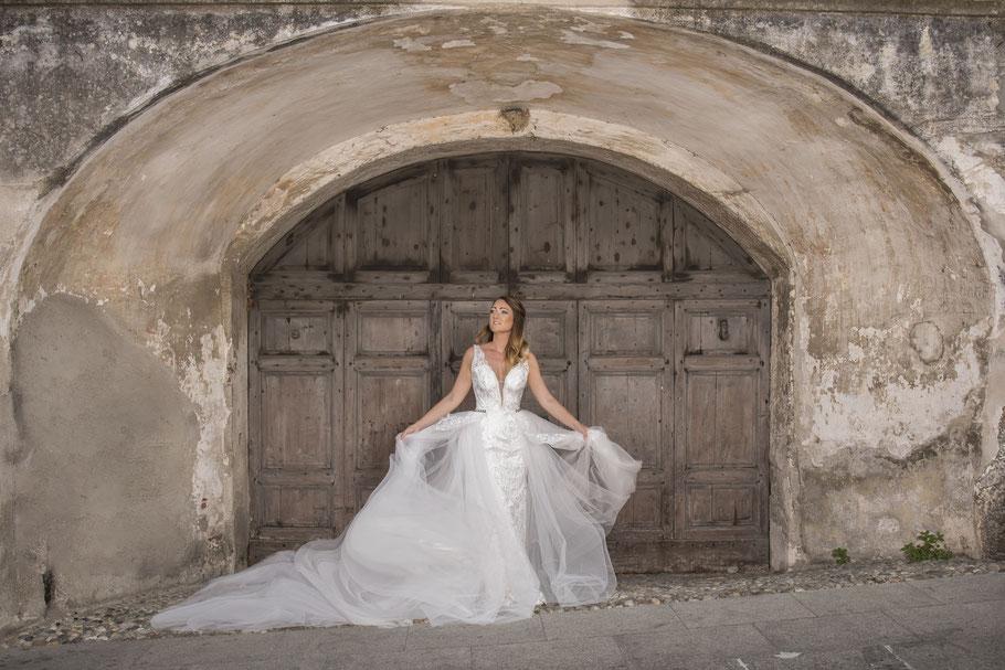 Topmodel im Designer Brautkleid in der mittelalterlichen Ortschaft Polpenazze del Garda