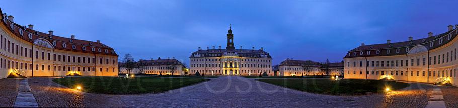 Panoramaansicht Schloss Hubertusburg in Wermsdorf zur Blauen Stunde.
