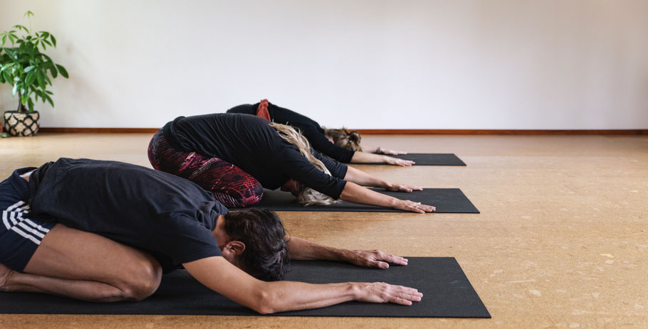 yoga in gouda bij yogabird. Child's pose balasana kindhouding Tessa Mook yogadocente en mindfulnesstrainer