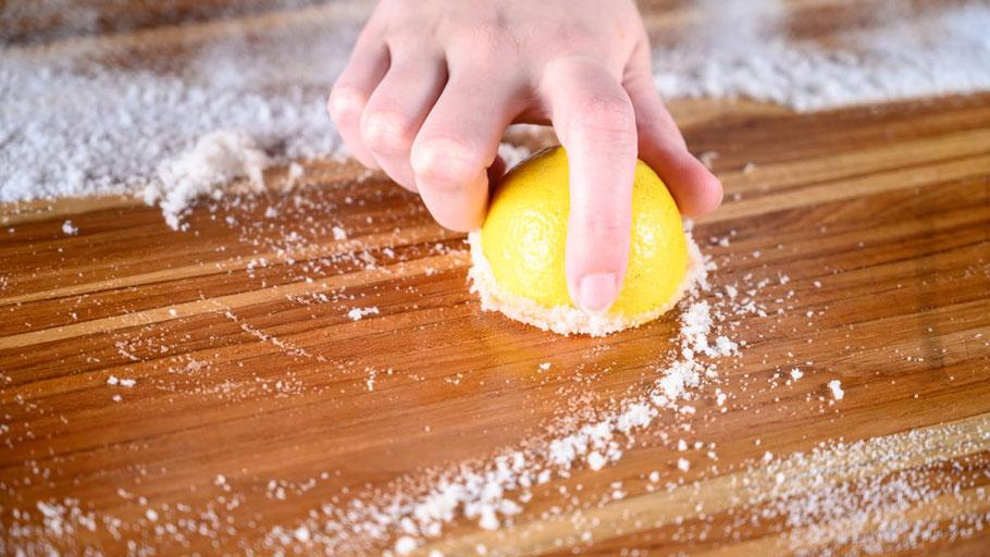 Holz Schneidebrett richtig Reinigen und Pflegen mit Salz, Bienenwachs und Speiseöl