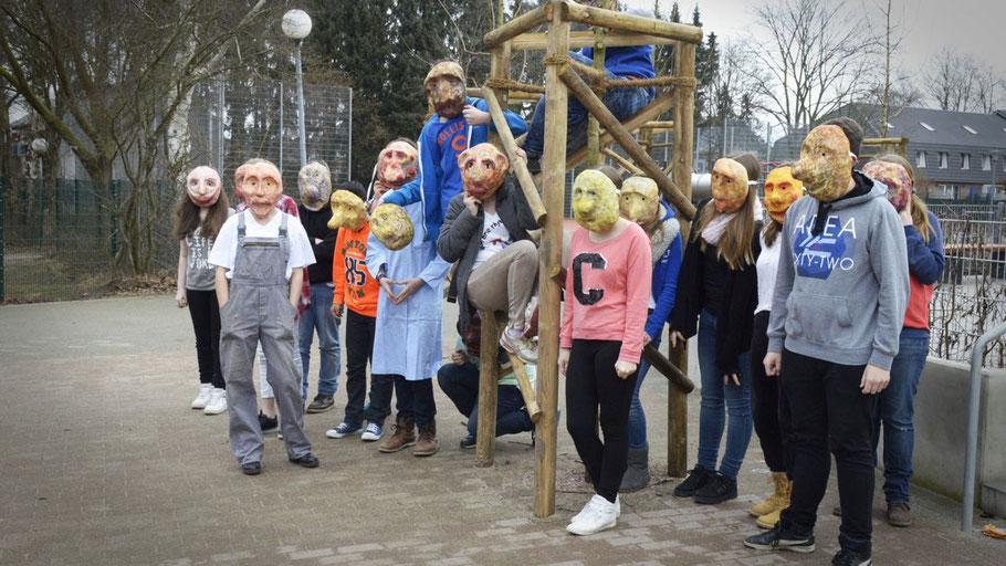 Sogar Masken haben die Schülerinnen und Schüler für das Theaterprojekt selbst gebastelt.