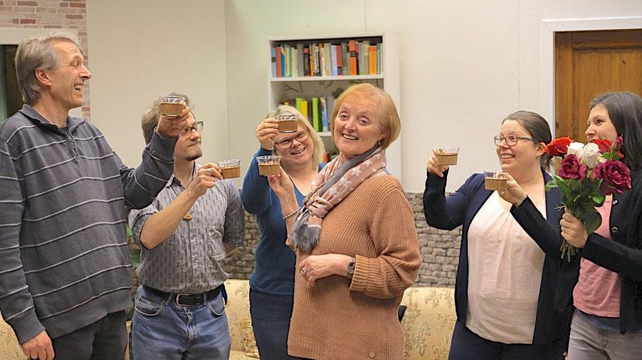 Ein Gläschen Amaretto auf das neue Stück: Jens Rapude, Peter Lange, Nicole Bastein,, Monika Hopman, Mirella Maaß und Gina Klaus (v.l.)