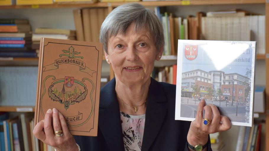 Irene Lühdorff präsentiert u.a. die Schriften, die die Geschichtswerkstatt herausgegeben hat.