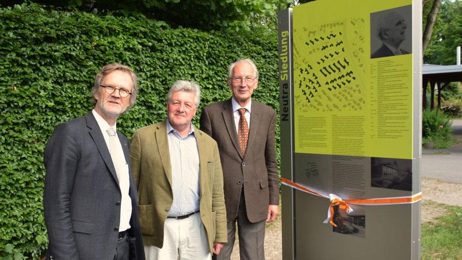 Hilmer Goedeking, Vorsitzender der Richard J. Neutra Gesellschaft, Landeskonservator Dr. Michael Paarmann und Erster Stadtrat Klaus H. Hensel weihten die Stelen ein (v.l.).