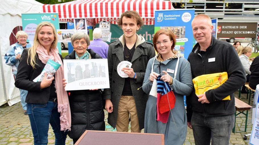 Präsentierten ihre Angebote: Anette Ehrenstein (VHS), Irene Lühdorff (Geschichtswerkstatt), Lucas Kaminski (Zauberer) und Klaus Fechner (Stadtbücherei)