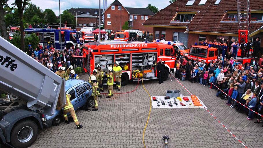 Den Einsatz bei einem Verkehrsunfall demonstrierte die Feuerwehr beim Tag der Offenen Tür.