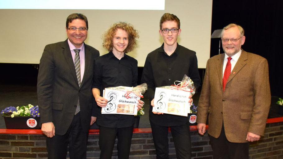 Auszeichnung für Jannis Demmig (l.) und Tim Wissemann, überreicht von Bürgervorsteher Henning Meyn (r.) und Bürgermeister Thomas Köppl
