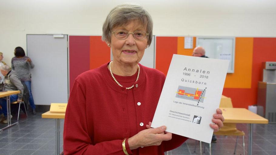 Leiterin Irene Lühdorff präsentiert das neueste Werk der Geschichtswerkstatt