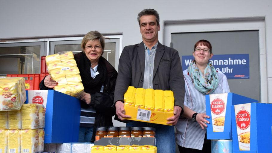 Brigitte Schulz-Mosner, Christian Rohde und Yvonne Stargadsky verluden die Spenden für die Quickborner Tafel.