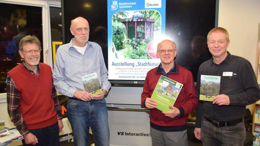 Freuten sich über die positive Resonanz: Jürgen Dammers, Hans-Joachim Bull und Referent Wilhelm Flade-Krabbe (alle BUND) sowie Stadtbüchereileiter Klaus Fechner (v.l.)