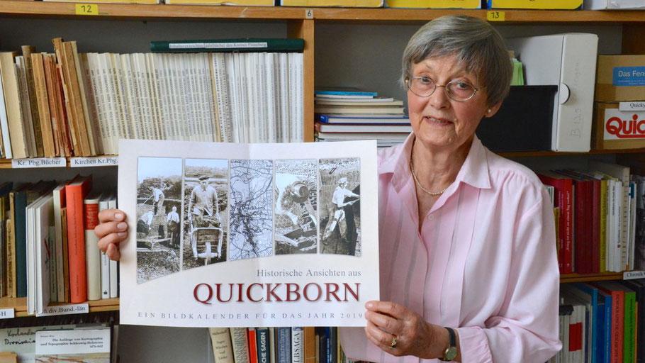 Irene Lühdorff, Leiterin der Geschichtswerkstatt, präsentiert den neuen Kalender