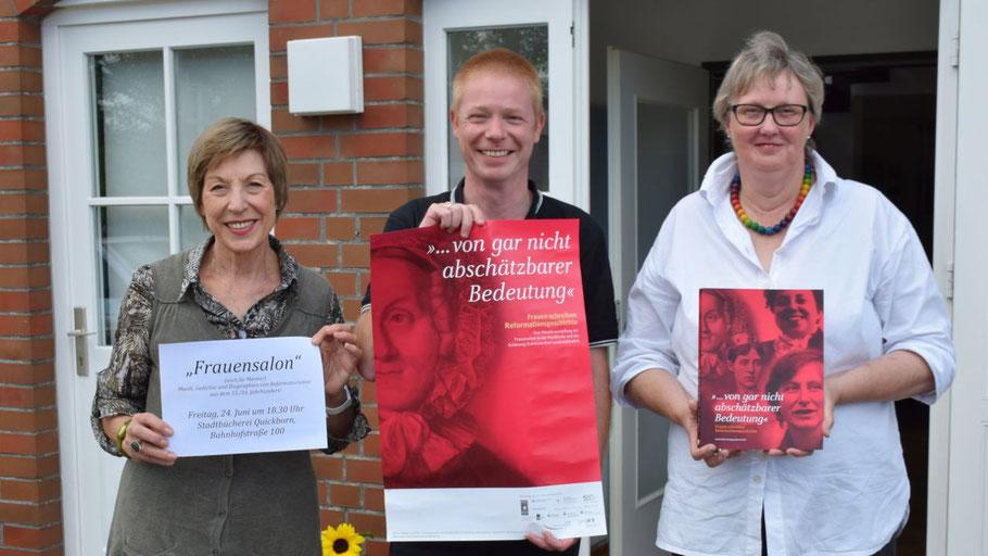 Die Quickbornerin Birgit Saalfeld, Stadtbücherei-Leiter Klaus Fechner und Birgitt Wulff-Pfeifer vom Frauenwerk stellten die Veranstaltung vor.