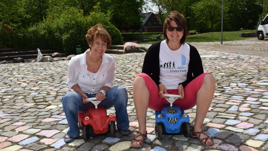 Stadtjugendpflegerin Birgit Hesse (l.) könnte nur außer Konkurrenz beim Bobby-Car-Rennen starten.