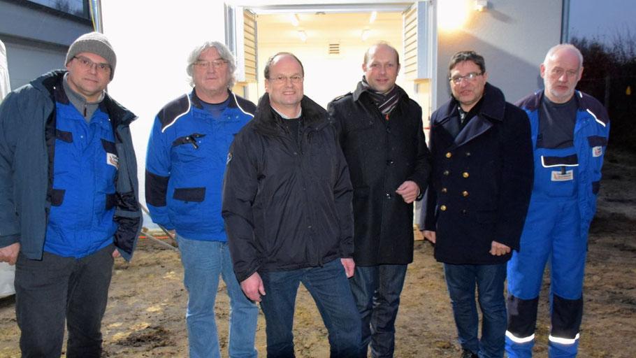 Projektleiter Volkmar Henschel (3.v.l.) und Prokurist Sven Bäumler freuten sich mit Bürgermeister Thomas Köppl und Mitarbeitern der Stadtwerke über den Baufortschritt
