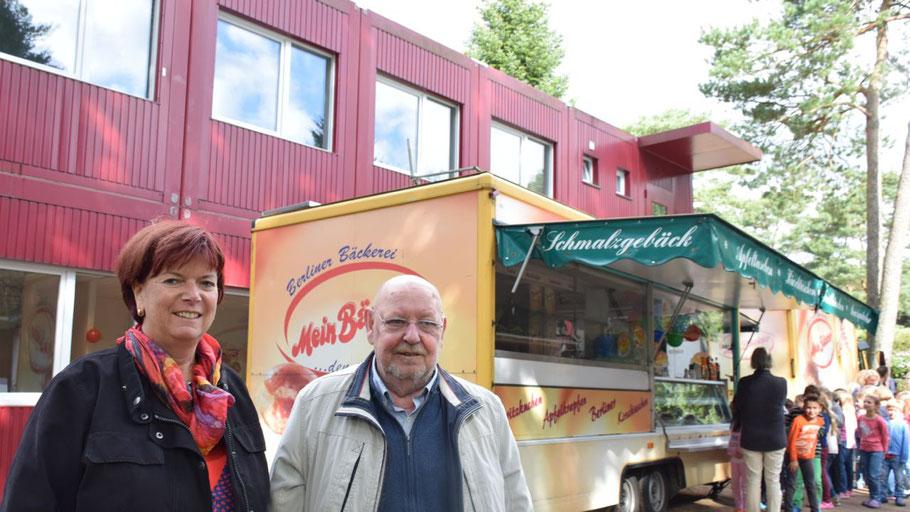 Corinna Blödorn, Leiterin der Waldschule, und Günter Schilling freuten sich über den Zuspruch der Schülerinnen und Schüler