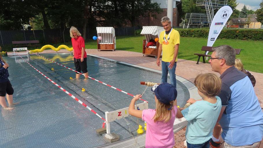 Mit Unterstützung von Nicole Münster und Christian Rohde probierte auch Carsten Möller das Entenrennen aus