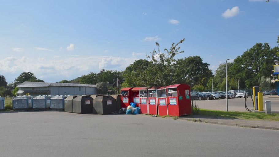 """Die Eigentumsverhältnisse der Fläche hinter den Containern sind strittig. Zufrieden zeigt sich Köppl mit der """"Eingreiftruppe"""" der GAB, die für Sauberkeit an den jetzigen Container-Stellpätzen sorgt."""