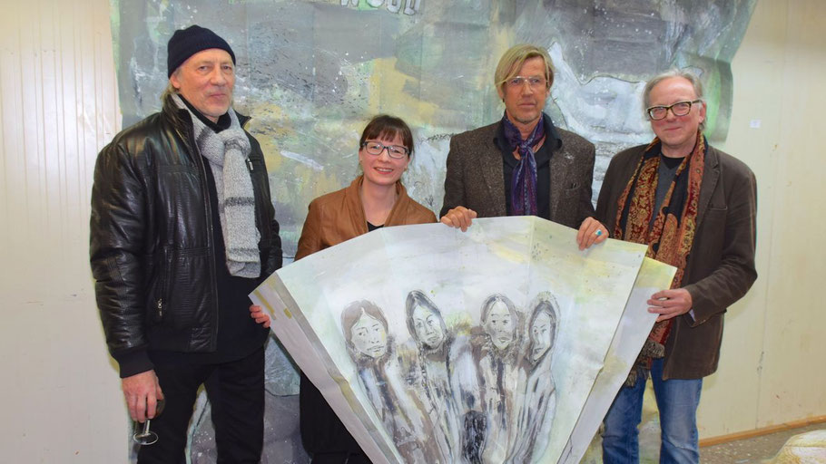 Freuten sich über die Ausstellung des Quickborner Künstlers Hans Hushan (2.v.r): Romy Rölicke und Edwin Zaft vom Kunstverien sowie als Gast Rudi Kargus (l.)