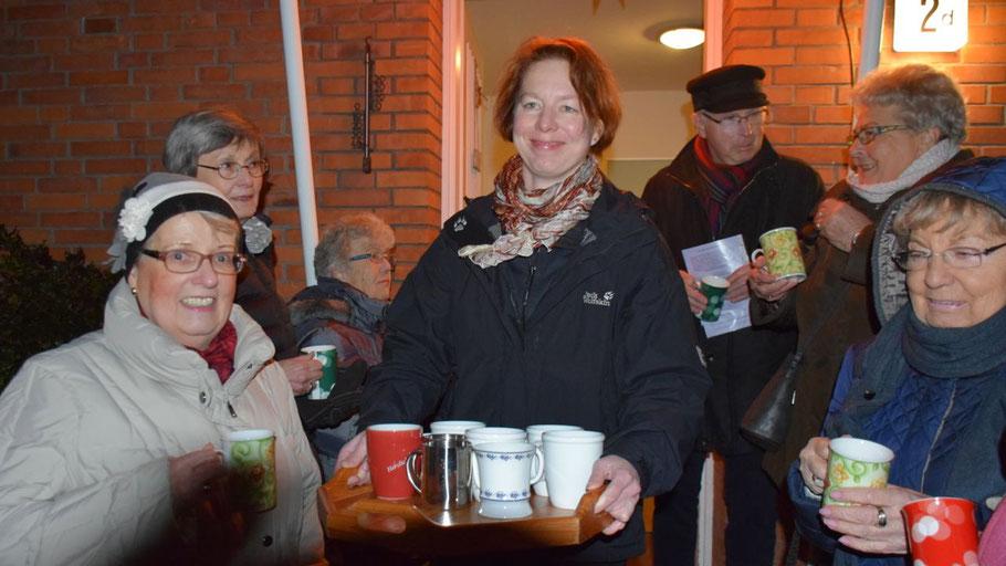Pastorin Claudia Weisbarth servierte den Sängerinnen und Sängern (alkoholfreien!) Punsch und selbstgebackene Kekse
