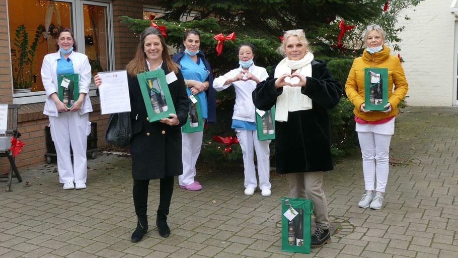 Rotarierin Mirija Mullikas (vorn links) überreichte die Spende an Heimleiterin  Anke Weber (vorn rechts), stellvertretend  für ihre Kolleginnen verfolgten vier Mitarbeiterinnen des Dana-Pflegeheims die kleine Zeremonie