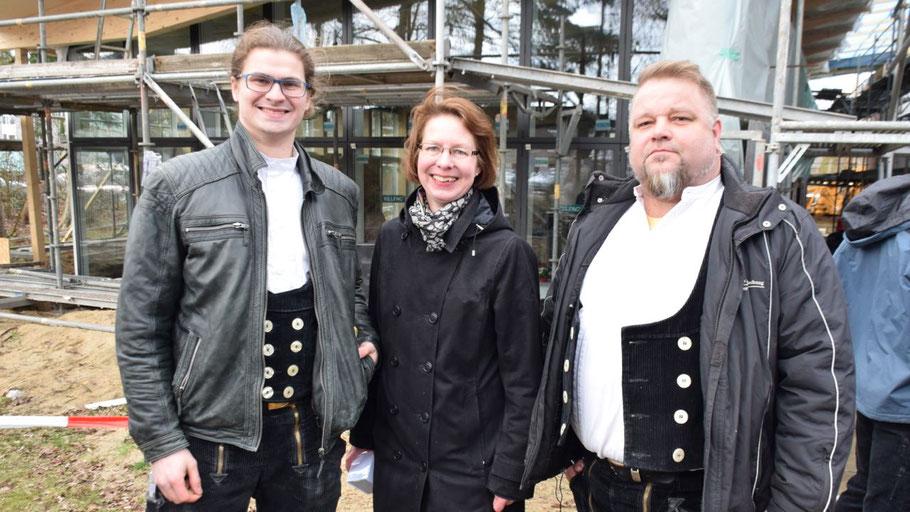 Jonas Ulka freute sich mit Pastorin Claudia Weisbarth und seinem Chef Markus Finkler (v.l.) über den feierlichen Akt des Richtfestes