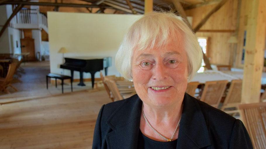 Margreth Cotterell lädt zu einem Klavierabend auf den Dachboden ihres Hofes ein.