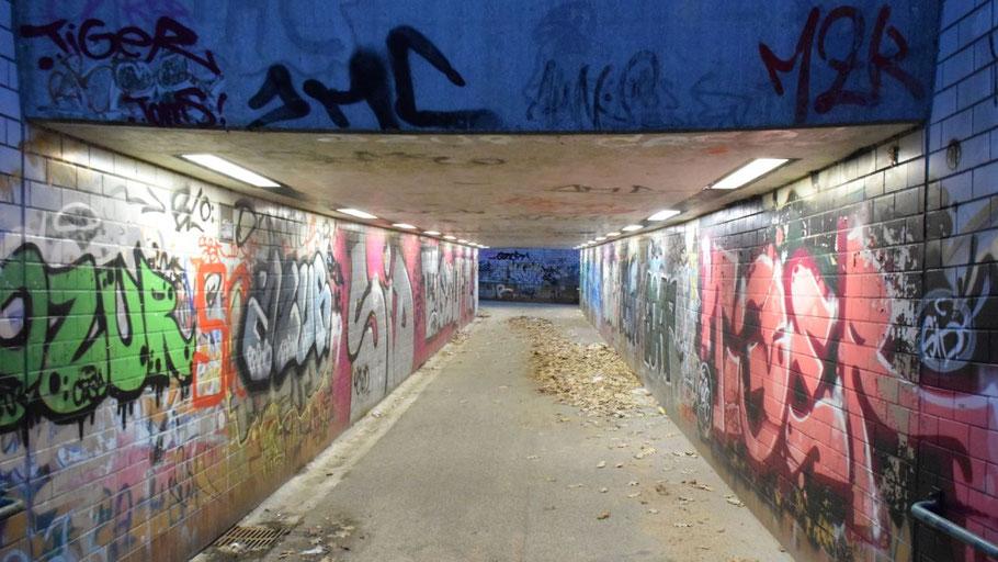 Mehr Licht, aber altes Graffiti: Der Tunnel unter der Bahnstraße
