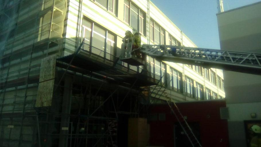 Am Dietrich-Bonhoeffer-Gymnasium mussten Gerüstteile gesichert werden