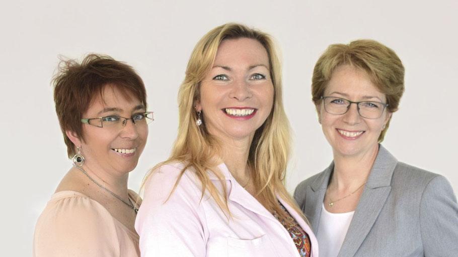 Das VHS Team Britta Simonsen, VHS-Leiterin Anette Ehrenstein und Claudia Steenwerth freut sich, das Herbstprogramm der VHS jetzt schon online präsentieren zu können.