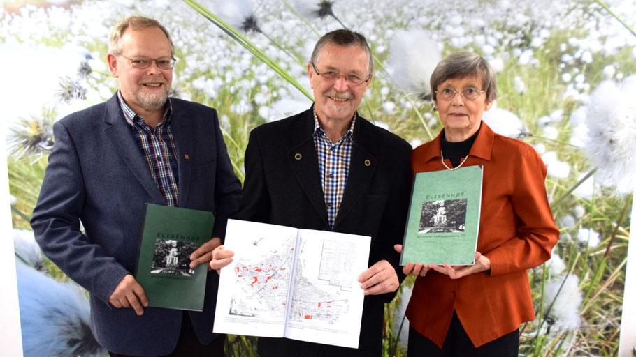 Sie stellten das neue Werk vor: Bürgervorsteher Henning Meyn, Autor Rudolf Timm und Irene Lühdorff, Leiterin der Geschichtswerkstatt