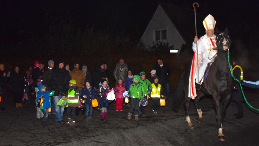 Hoch zu Ross zog St. Martin vor den Kindern mit ihren Laternen um die Kirche in Quickborn