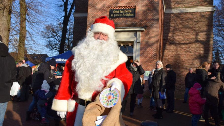 Traditionsgemäß kam der Weihnachtsmann per Kutsche und beschenkte die Kinder.
